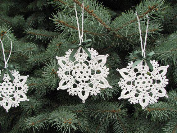 Uncinetto a mano in filato di misto cotone bianco con nastro in raso verde scuro fiocchi fiocchi di neve - set di 6 fiocchi di neve. Ogni fiocco di neve è stato irrigidito con amido di mais naturale per tenere la forma. Fiocchi di neve sono decorate con fiocchetti in raso rossi. Hai molti modi per usare questi fiocchi di neve - come regali o mettere su un biglietto di auguri, possono essere appesi nel vostro albero di Natale o utilizzati come decorazioni per la casa. I fiocchi di neve…