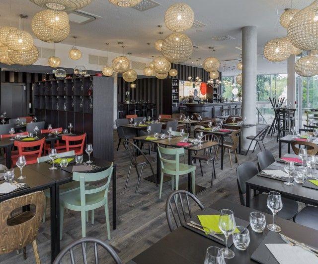 """Hôtel Isidore à Rennes - un restaurant """"brasserie chic"""" aux chaises vintage dépareillées"""