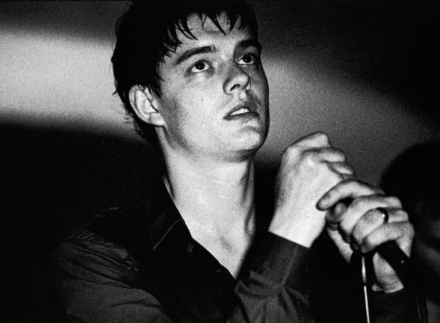 Ίαν Κέρτις (1956 – 1980): Άγγλος κιθαρίστας, στιχουργός και τραγουδιστής του συγκροτήματος Joy Division. Σημαντική προσωπικότητα της ροκ μουσικής και «ιδανικός αυτόχειρας».