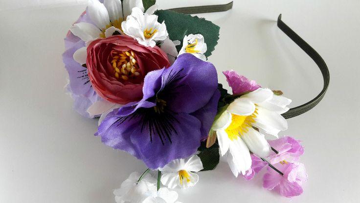 """Čelenka+""""Srpen""""+Čelenka+s+různými+květinkami,+vhodná+na+každý+den+i+slavnost+velikou,+vytvořená+z+kovového+čelenkového+základu+v+tmavě+zeleném+""""kabátku""""+a+textilních+květů+a+listů+.+Velikost+:+univerzální+Velikost+aplikace+:+cca+16+x+10+cm+(+měřeno+vespod+čelenky+)"""