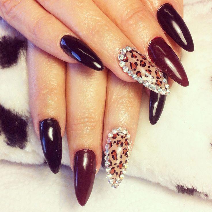 Uñas picudas tonos negro y rojo vino estampado leopardo