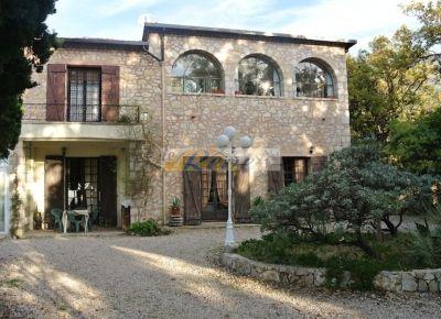 http://www.immobiliarelereve.it/immobili-Immersa+nella+quiete+della+campagna++ed+a+soli+4+km+dal+porto+giace+questa+bella+villa+di+grande+fascino++ed+eleganza-629.html#.UujOj3cuLFw