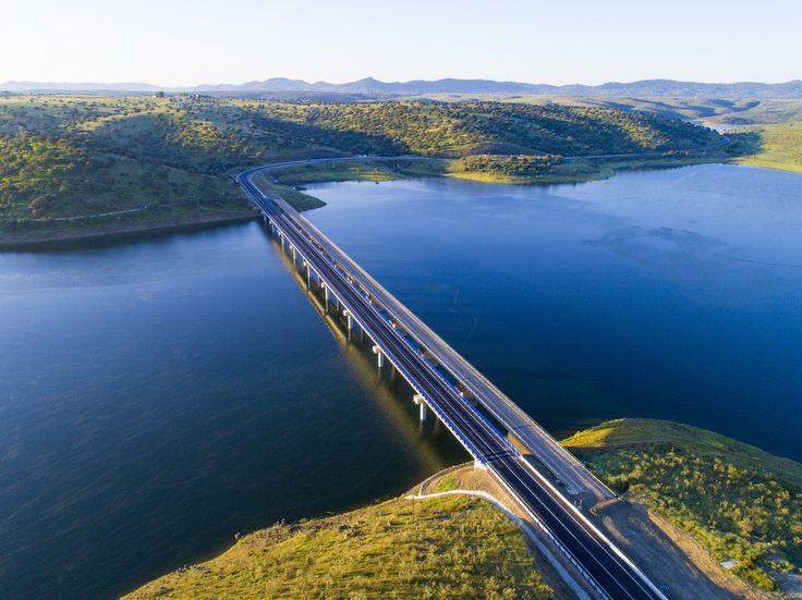 El Viaducto de Castilblanco en Badajoz situado en la N-502 sobre el río Guadiana, une las dos riberas del embalse de García Sola y facilita la comunicación entre la dos orillas. Las obras de emergencia, con un coste de casi diez millones de euros, se han realizado en un tiempo récord con el objetivo de cubrir las necesidades de los ciudadanos y garantizar su seguridad.