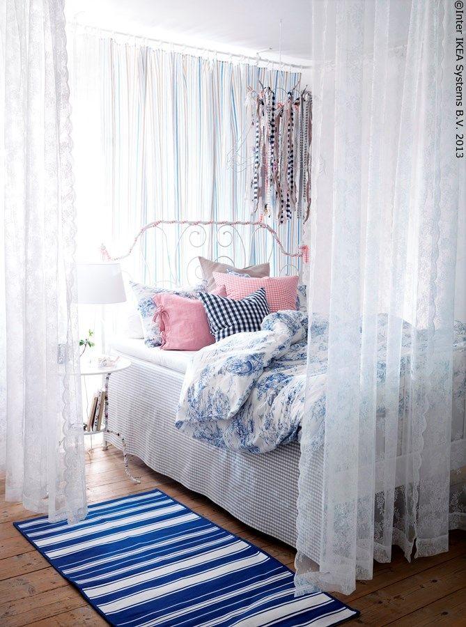 Un loc în care poți visa mereu. Împarte o cameră mare în două cu ajutorul perdelelor agățate în jurul patului.  LEIRVIK cadru pat EMMIE LAND husă pilotă și fețe de pernă ALVINE SPETS set perdele  www.IKEA.ro