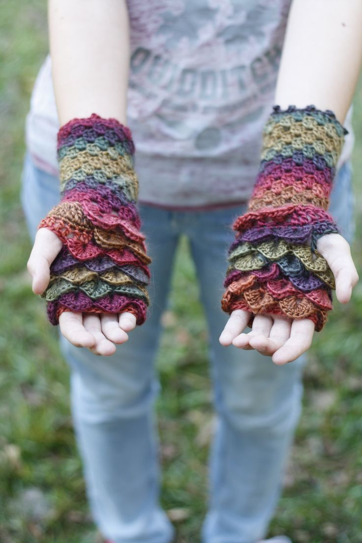 Free dragon glove crochet pattern. I've updated my dragon scale fingerless glove pattern and now it's even better! #crochet #freepattern