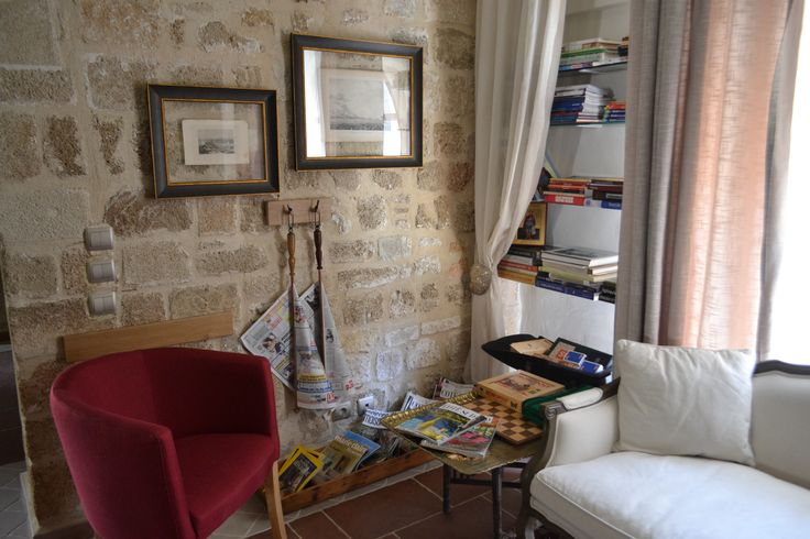 EXCLUSIVE SUITES BOUTIQUE HOTEL. MEDIEVAL TOWN, RHODES, GREECE. - Books, magazines, newspapers, board games, playing cards. - kokkiniporta.com