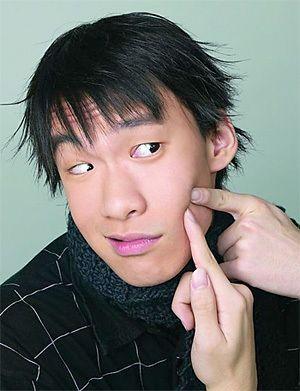 Selon la Energétique Traditionnelle chinoise,  l'acné provient de : chaleur accumulée dans le Poumon et l'Estomac (chaleur issue soit d'une constipation, soit d'une dyspepsie, soit d'une consommation excessive d'aliments piquants, gras et sucrés) qui monte au visage pour y provoquer une stase de sang; atteinte par vent-chaleur externe qui s'accumule au visage.