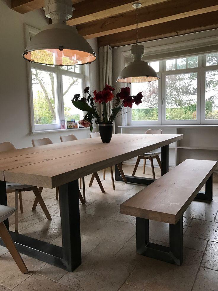 Grote eiken tafel met stalen poten, staat prachtig in deze ruimte! #oak #table #furniture #eikentafel #grotetafel #leveninstijl #alkmaar #meubelmakerij