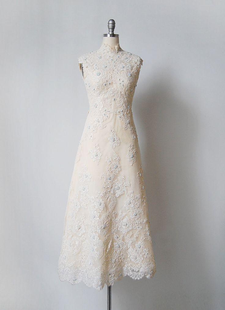 Vintage 1960s ivoor gekleurde mouwloos trouwjurk met tijdloze silhouet. Uitgerust bovenlijfje en unseamed taille met volledige lengte a-line gevormde