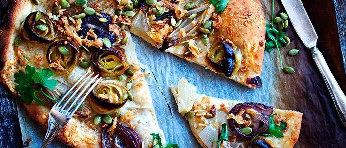 Pizza med fänkålsbakade lökar, prästost och pumpakärnor  - recept från Lantmännen