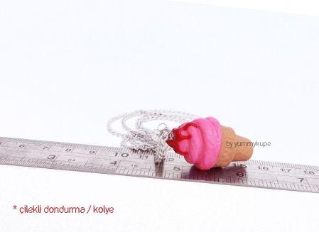 Çilekli Dondurma / kolye  #fashion #design #miniature #food #art #miniaturefoodart #polymerclay #clay #minyatur #polimerkil #kil #nutella #tasarim #taki #sanat #moda #sokak #tutorial #yummykupe #mold #kalip #nasil #bileklik #kolye #kupe #yuzuk #aksesuar #kadin #ring #earring #accesorie #necklace #icecream #strawberry