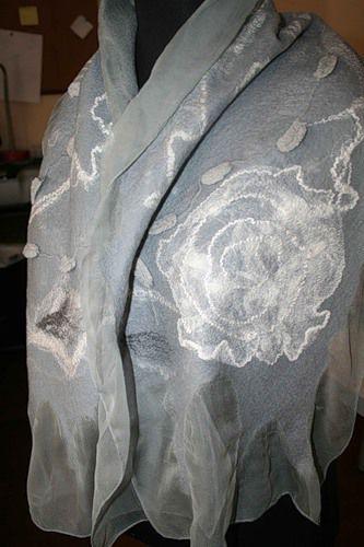 Выполняю свое обещание. Буду делать легкий шарф на шифоне к беретке, которую сделала ранее (см. МК берет в технике нуно). Назову его 'Весенняя капель' Это было 'лицо', а это 'изнанка'. Начинаю. Так как серой шерсти у меня практически не осталось, а посылка из Германии с фабрики Воллкнолл еще далеко, решила сделать шарф из префельта. Небольшой кусок префельта (Воллкнолл) 120 на 50 см тонкий…