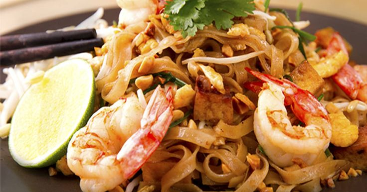 Fabulosa receta para Pad thai (fideos fritos con gambas ) . ◉Vídeo receta: https://youtu.be/MGmqUc8hJqI El Pad Thai es sin duda el plato más conocido de la cocina tailandesa. Es un plato salteado cuya base son los fideos de arroz con huevo, salsa de tamarindo y una mezcla de diferentes ingredientes que pueden variar según el tipo de Pad Thai como: brotes de soja, gambas, pollo, cerdo y tofu, decorado con cacahuetes picados y cilantro y servido con una rodaja de lima y su zumo....