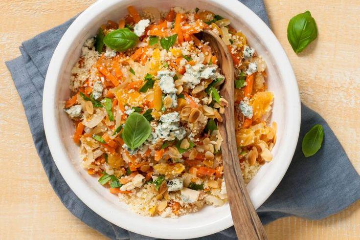 Ook als je snel klaar moet zijn, kun je best exotisch koken. Deze couscous heeft door de abrikozen en kruiden een Marokkaans tintje.- Recept - Allerhande