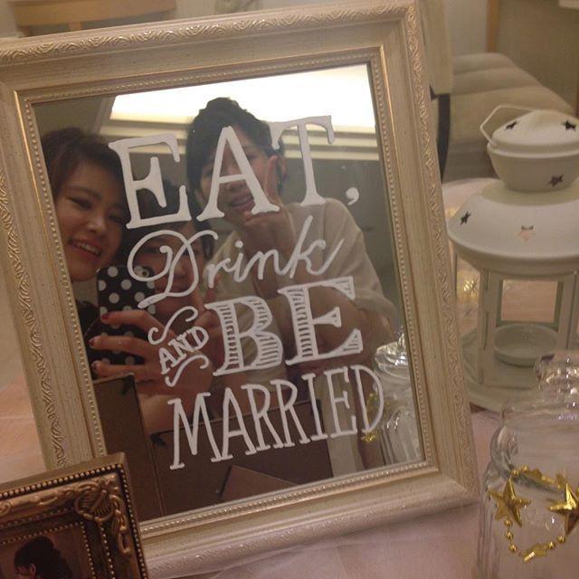 前日旦那さんにこれ描いて!って画像を見せたら画像そのまんまのとっても素敵なものが完成しました😳びっくり😳自分はクッキーでいっぱいいっぱいだったからとっても助かった✨意外な才能♡  友達が写真たくさん送ってくれて大量すぎて整理できないので適当に載せていきます💕  #結婚式 #ウェルカムスペース #卒花嫁 #ウェルカムミラー