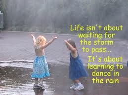 La vita non è aspettare che passi la tempesta, ma imparare a ballare sotto la pioggia! (M.Gandhi)