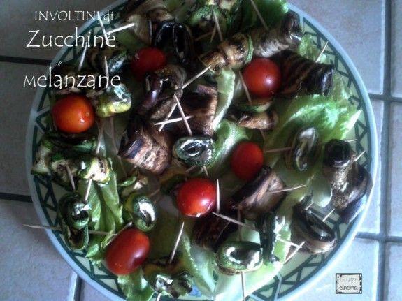 Gli involtini di zucchine e melanzane sono gustosi bocconcini che possono essere serviti come antipasti