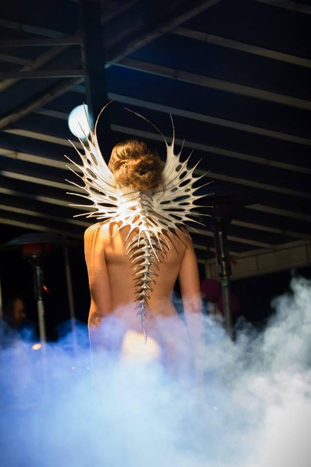 Neobvyklá módní show plná originálních šperků na nahých tělech | Móda, styl a módní trendy. Dámské a pánské oblečení.