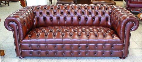 Ein Chesterfield Sofa der Extraklasse, das Classic De Luxe Chesterfield. Besonders schöne, aufwendige Details, dichte, feste Knöpfung. Ein Sofa für Generationen.