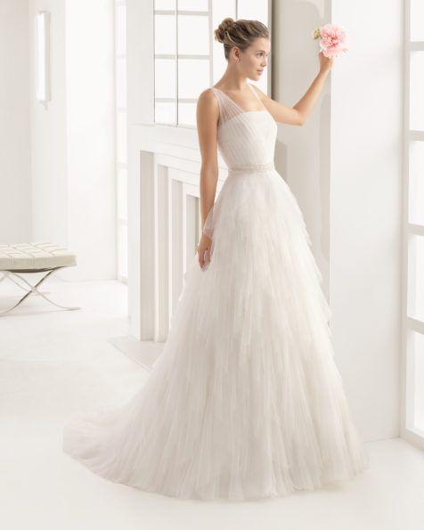 Vestido de tul sedoso y pedrería disponible en color natural y en color blanco.