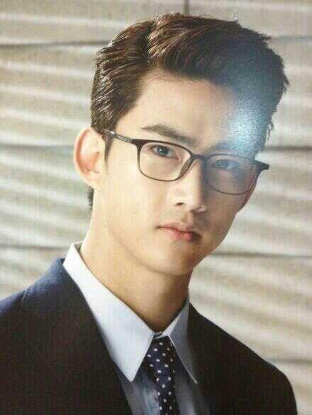 2PM -- Taecyeon | bening amat inih. sebening kacamatanya