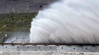 Image copyright                  Getty                  Image caption                     El vagón levantó cantidades considerables de arena al frenar.   El sistema de Hyperloop, que espera cambiar radicalmente el transporte público en unos pocos años, demostró una capacidad de aceleración impresionante, en una primera pública realizada este miércoles en el desierto de Nevada. La cápsula, prototipo de las que llevarían a las personas a través de