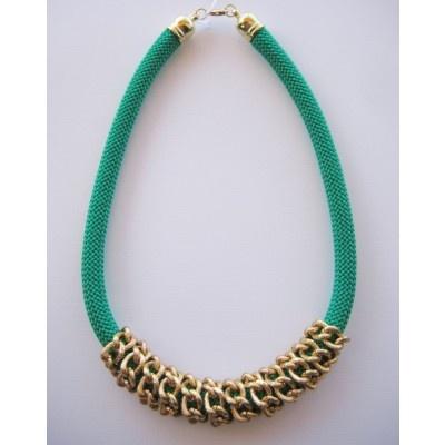 Collar con cuerda y cadena enrollada