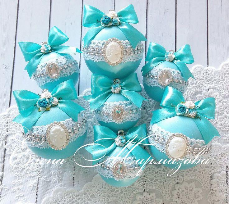 Купить или заказать В наличии набор новогодних шаров ' Бирюза' в интернет-магазине на Ярмарке Мастеров. Набор новогодних шаров в бирюзовом цвете Украшен кружевом, брошками и цветами Шары пластиковые , окрашены в ручную в несколько слоёв. В набор входит 7 шаров и подарочная коробка 3 шара - 8см , 4 шара -…