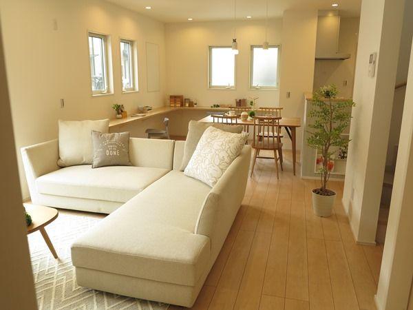 広さを活かしたl型のカウチソファのある暮らしを提案 ナチュラルコーディネート リビング レイアウト 12 畳 自宅で インテリア