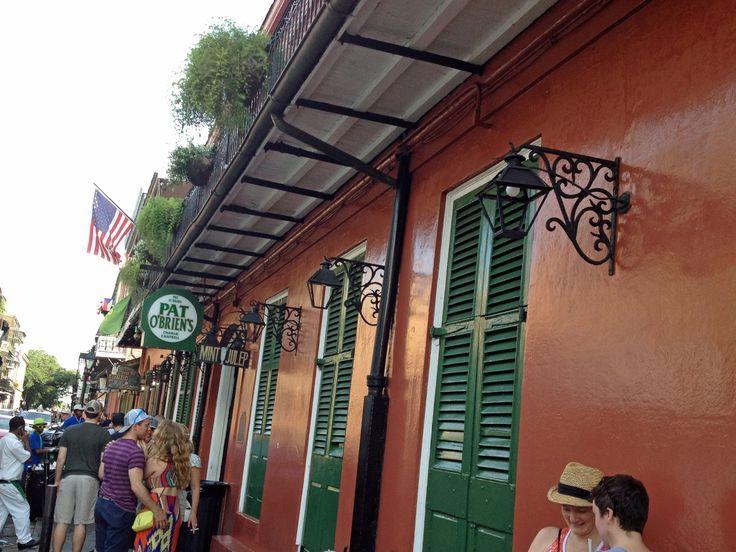 New Orleans. Pat O'Brien's -baarin sisäänkäynti St. Peter Street -kadulla, historiallinen rakennus vuodelta 1791.