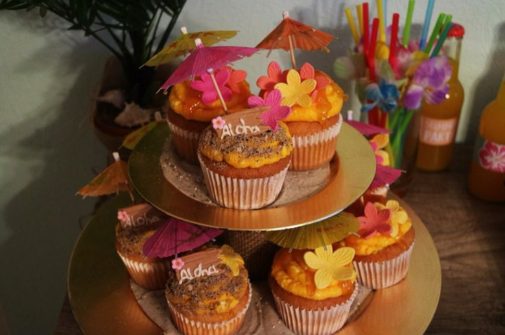 Hawai tiki Party dessert table cupcakes aloha