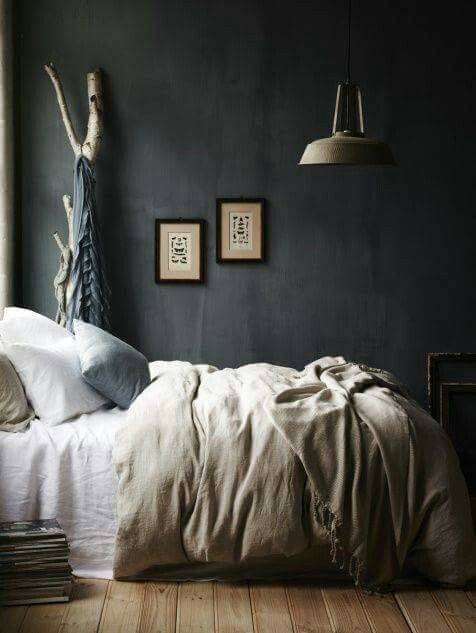 Natuurtinten tegen donkere muur in slaapkamer