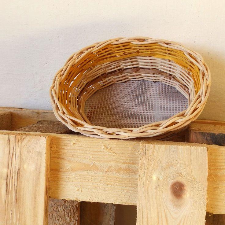 Oválný košíček Pěkný oválný košíček, pletený z přírodního a barevného pedigu s ručně dělaným keramickým glazovaným dnemvypáleným vysokou teplotou v keramické peci. Rozměr dna je 11,5x18, horní rozměr je 16 x 21, výškakošíčku je 9cm.