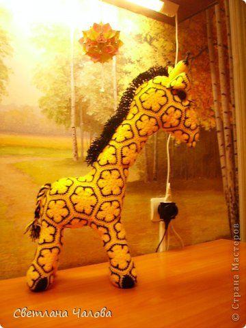 """Я расскажу, как связать вот такого жирафика из элементов """"африканский цветок"""". Чтобы не заниматься плагиатом я не размещаю схему вязания самого элемента, ее можно легко найти в интернете. Элементы бывают от3 угловых до 8 угловых (8уг восьмиугольник). фото 1"""
