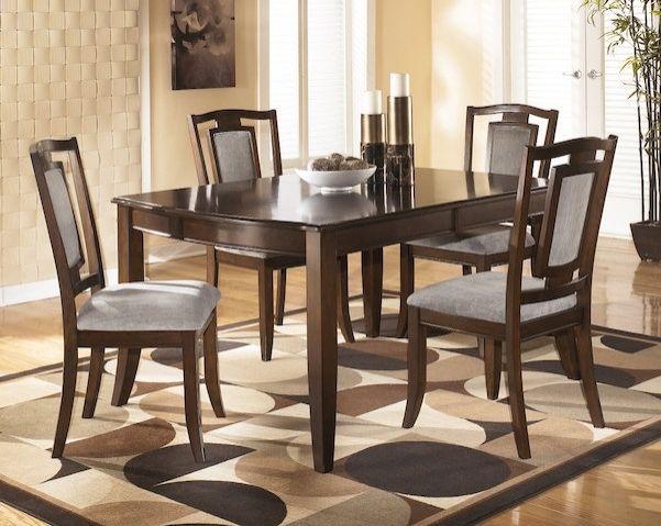 Placage de bois et bois massif. Avec extension. La table et les chaises peuvent être vendus séparément. Buffet et huche disponibles. Dimensions de la table: 42.38x78 po.