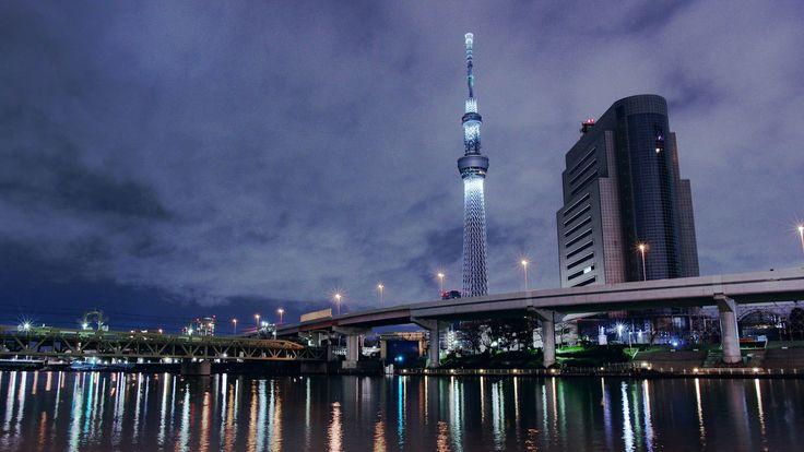 Tokio SKYTREE,. Esta torre japonesa de radio se acabó en el2012y está ubicadaen el barrio de Sumida y denominadaTokyo Skytree, algo así comoÁrbol en el cielo de Tokio. El nombre le fue puestopor votación popular. La torre mide 634 metros y poseedos miradores a unos 350 y 450 metros. El segundo de ellos es uno …