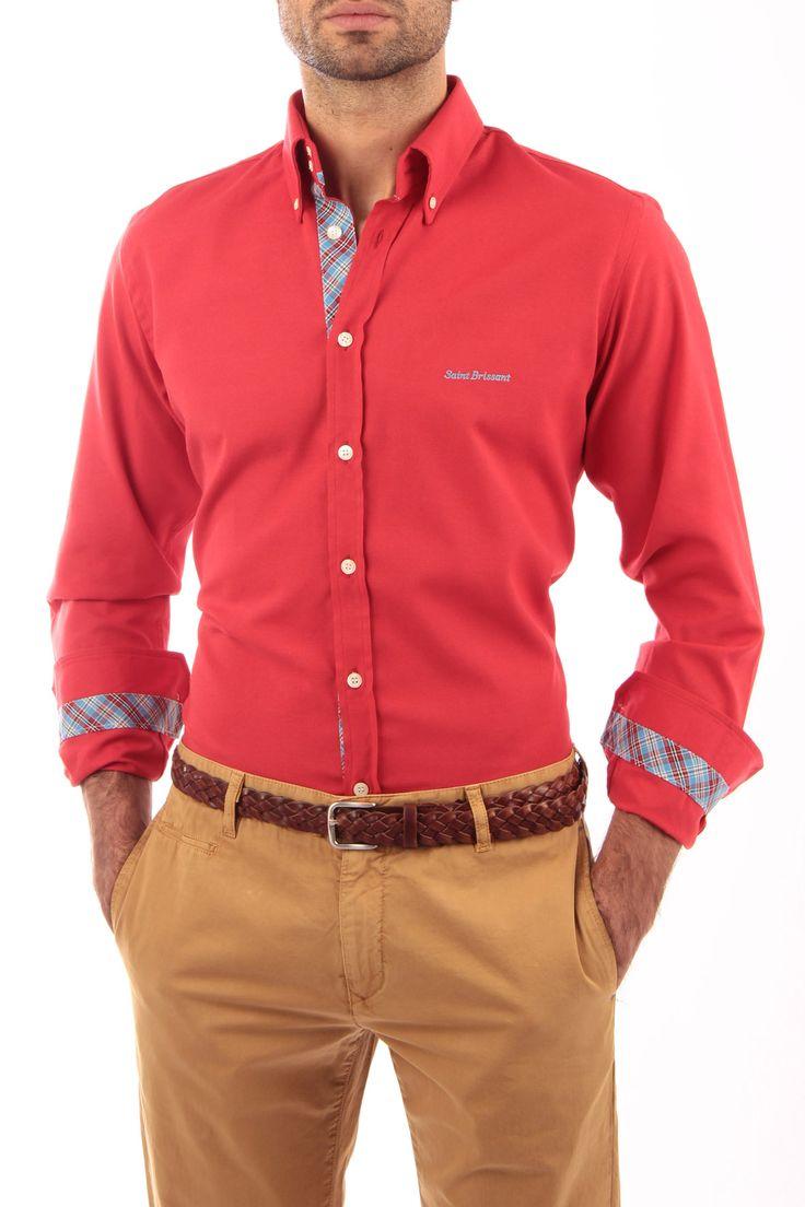 Camisa Oxford roja con cinta escocesa celeste. Detalles de cinta escocesa en vista de botones, interior de puños e interior del cuello. Detalle de bordado en pecho e interior de canesú. Fabricada en España. 100% artesanal.