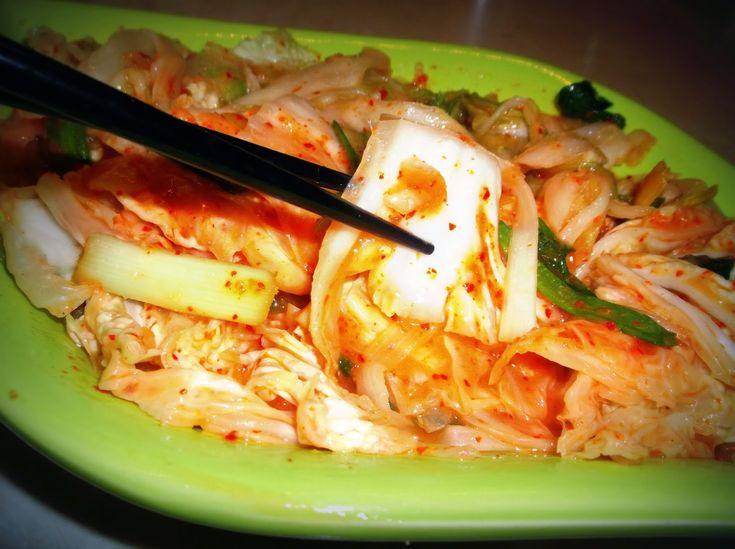 Kimchi ( Kore Turşusu)             Bu kimchiyi uzun zamandır yapmak istiyordum.Ama bir türlü çin lahanası diğer adıyla  Beçu bulamıyordum....