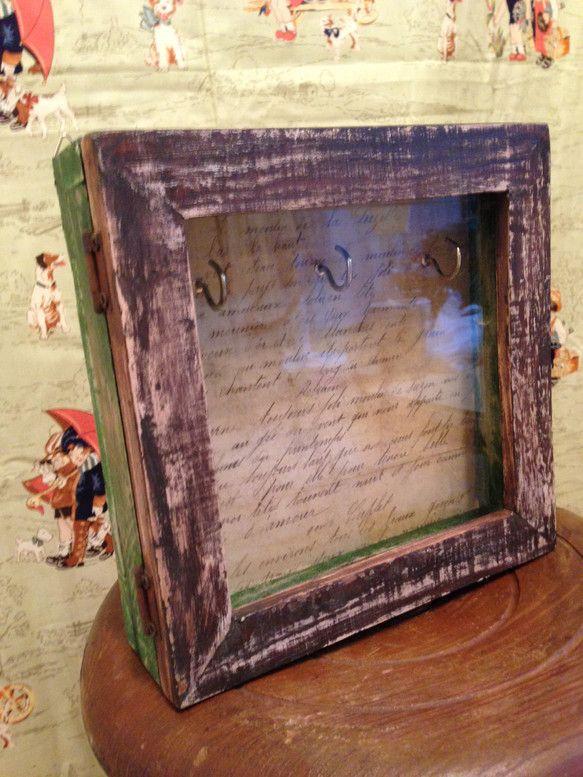 フランスから輸入しましたヴィンテージ物のレターを、古い木箱の中の底の部分に貼り付けました。本物のレターを使用しておりますので、使用されていらっしゃいました現地...|ハンドメイド、手作り、手仕事品の通販・販売・購入ならCreema。