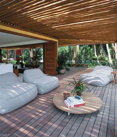 DECORAÇÃO NA PRAIA. O mobiliário italiano foi comprado na Casual Móveis: mesa de centro da Gervasoni e poltronas na varanda de Paola Lenti. Projeto de David Bastos.