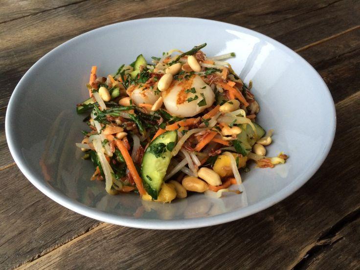Houd je van een Aziatische twist? Dan ga je smullen van deze Aziatische salade, bomvol groenten en lekkere kruiden.