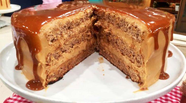 Torta de dulce de leche y nuez cubierta con dulce de leche