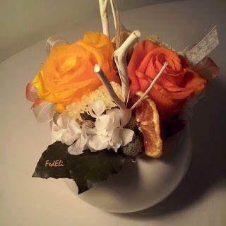 Composizione con fiori stabilizzati nei toni del giallo, arancio.