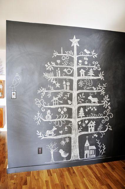 Sapin de Noël à la craie sur un mur ardoise  http://www.homelisty.com/deco-de-noel-2015-101-idees-pour-la-decoration-de-noel/