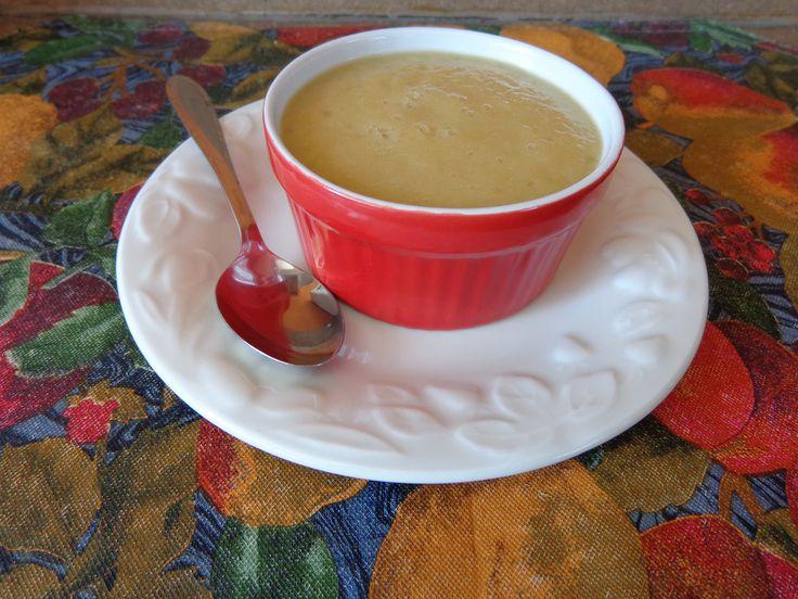 Compote rhubarbe, ananas à l'érable. 3 tasses de rhubarbes coupés en morceaux. 1 boîte (398ml) d'ananas broyés, égouttés ET ON CONSERVE LE JUS. 1/3 tasse de sirop d'érable.  Au micro onde, à puissance maximal, cuire la rhubarbe avec le jus d'ananas, 8 minutes sans couvrir ni brasser.  Quand c'est prêt, mettre la rhubarbe cuite, les ananas et le sirop d'érable dans un blendeur pour 2 minutes.  Très bon chaud ou froid.