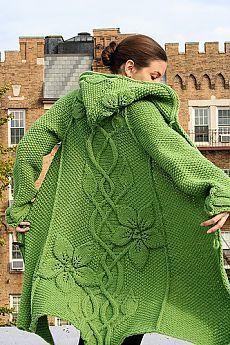 Зеленое пальто с узором из листьев..