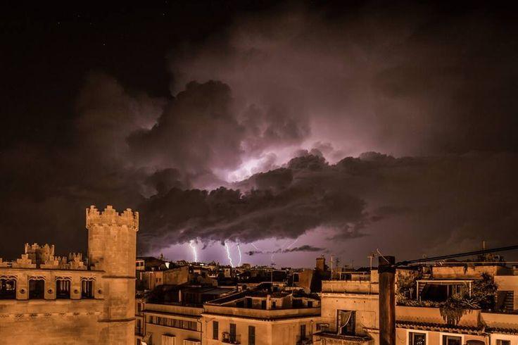 Gewitter über Soller, fotografiert von einer Dachterrasse in Palma de Mallorca.