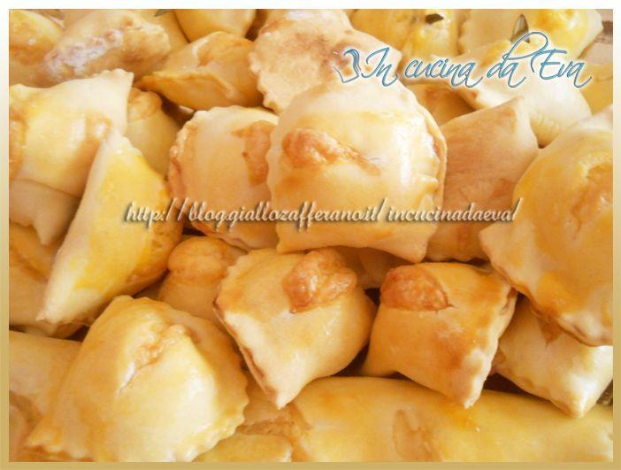 Fiadoni abruzzesi degli splendidi ravioloni ripieni con formaggio e cotti al forno. Provateli so fantastici!