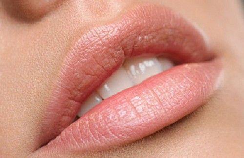 Existe uma série de razões pelas quais os lábios se ressecam. A principal delas é que eles estão localizados ao alcance da língua, e por isso é mais fácil lambê-los.