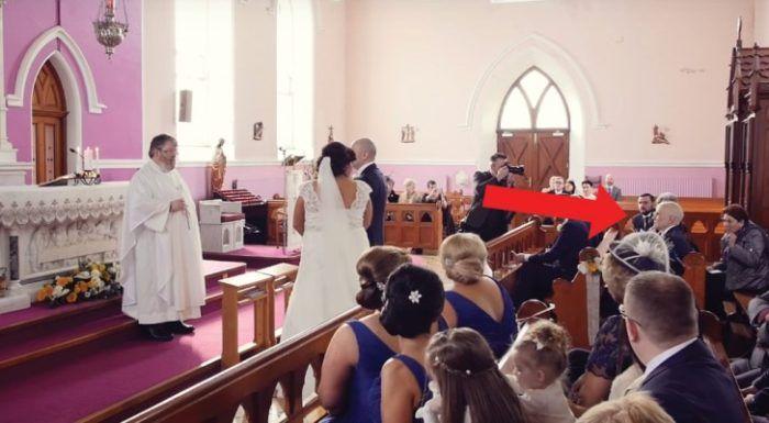"""De ceremonie wordt """"onderbroken"""" door een stem op de achtergrond: De bruid draait zich om en… Barst in tranen uit! - Trendingalleries"""